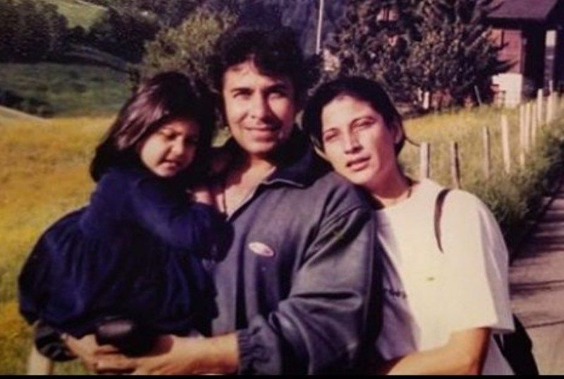 Deepak Tijori with his ex-wife and daughter